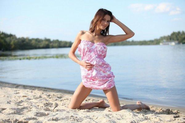 Смуглая девочка гуляла по пляжу