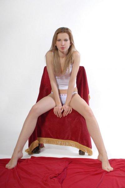 Юная сучка на стуле