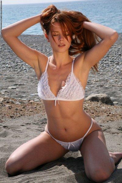 Красивая студентка на пляже