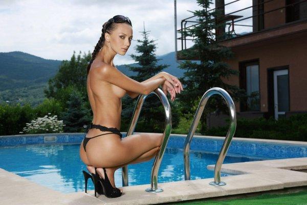 Молодая школьница стоящая у бассейна