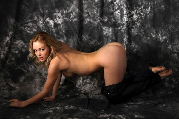 Красавица стоящая возле ковра