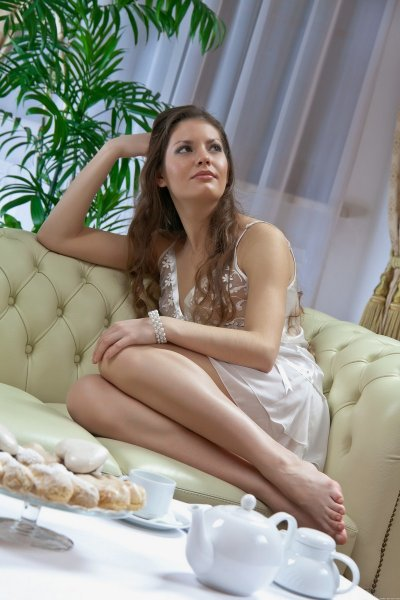Молодая сучка сидящая на диване