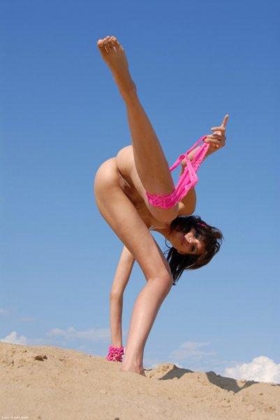 Обнаженка потливой девочки на песочке