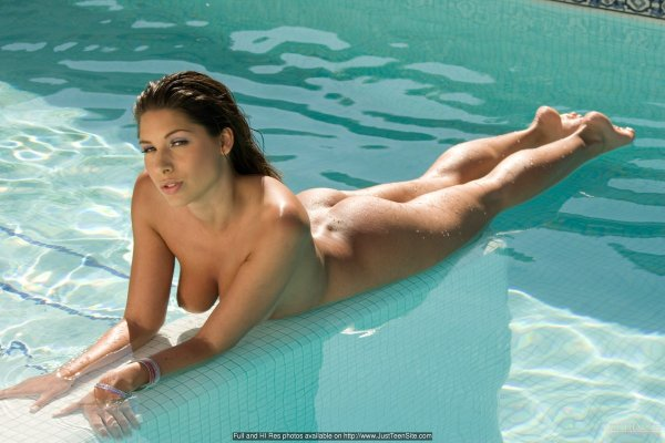 Мокрый голый зад в бассейне