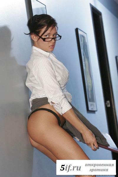 Секретарша в коридоре бизнес-центра (10 фото)