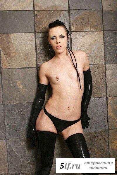 Девочка-панк с нулевым размером груди (10 фото)