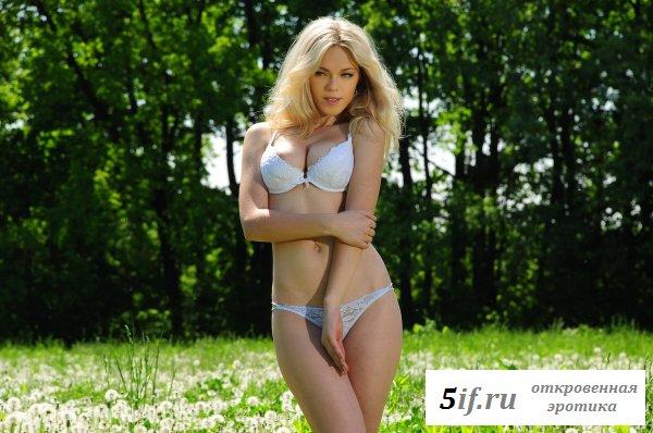 Блондинка с упругой грудью