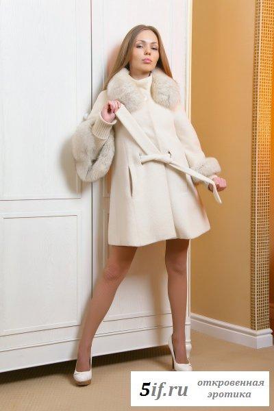 Миловидная девушка в пальто