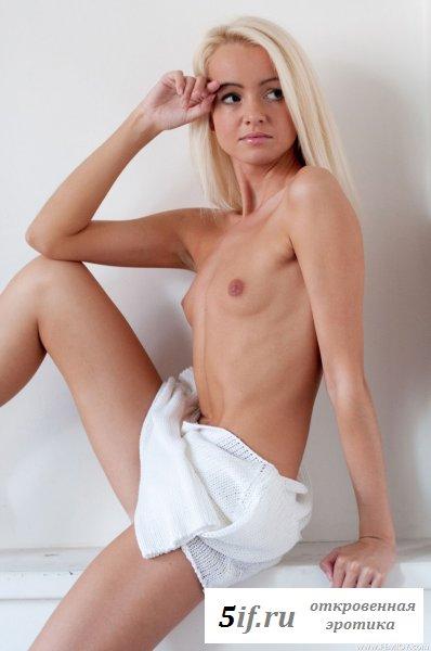 Блондинка в лёгенькой кофточке
