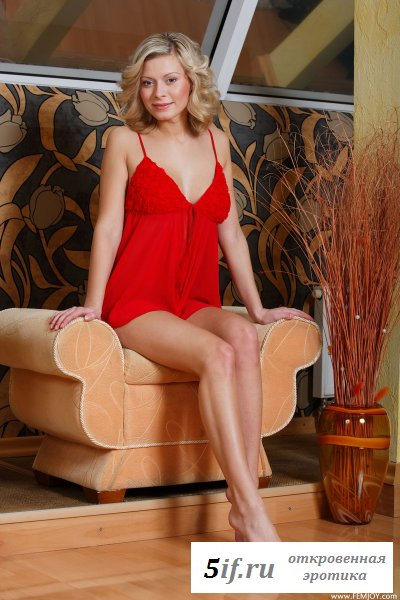 Улыбчивая сеньорита в красной ночнушке