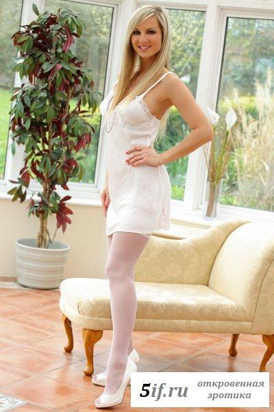 Сексуальная блондинка в белом