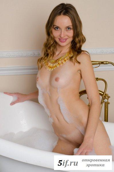 Сексапильная девочка принимает ванну