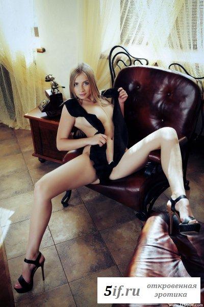 Мелированная блондинка позирует