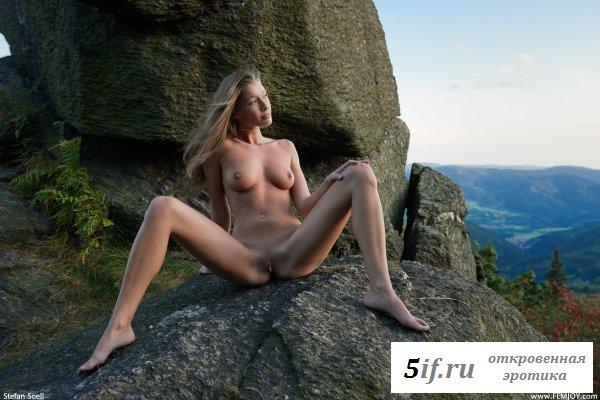 Девушка загорает обнажённой на скалах