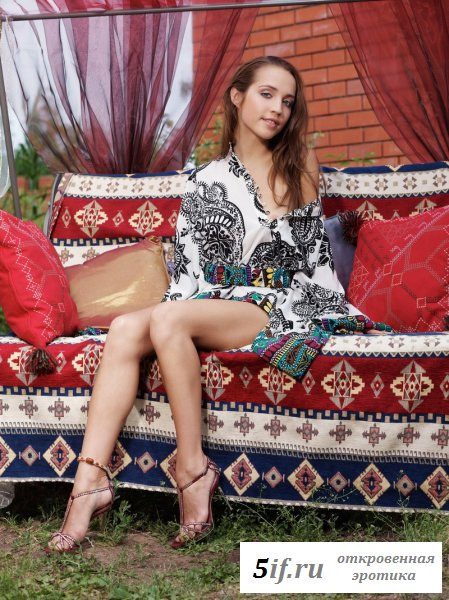 Красопета на цветном диване.