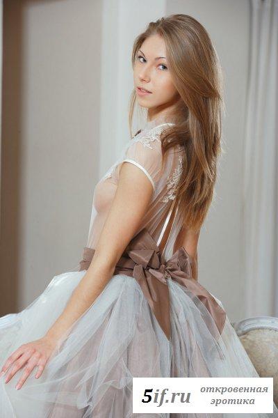 Соска в прозрачном платье.