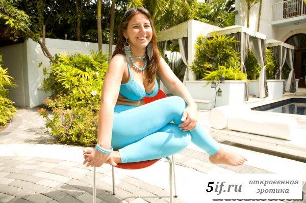 Девка раздвигает булки своей здоровой задницы (8 фото)