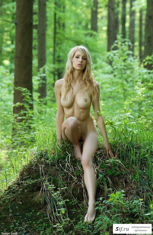 golenkie-zhenshini-v-lesu-video-mnogo-seks