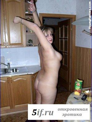 Раздетая домохозяйка на кухне