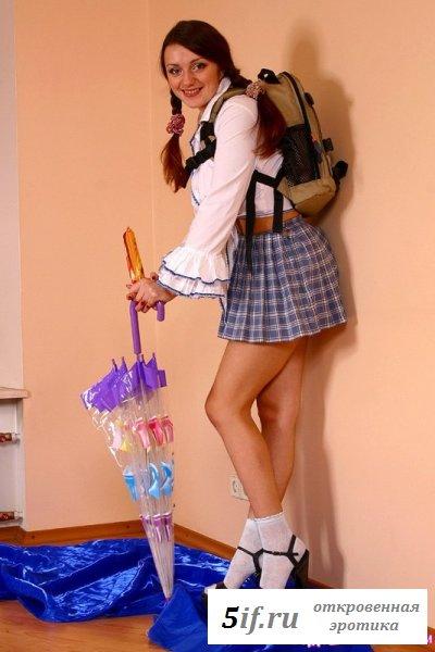 Озабоченная шлюшка в костюме школьницы (10 фото)