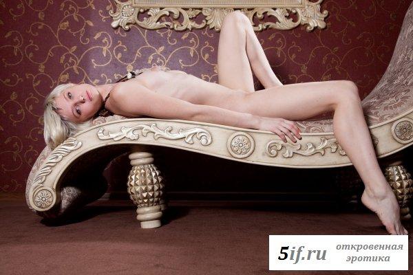 Юная коротковолосая блондинка на кушетке (10 фото)