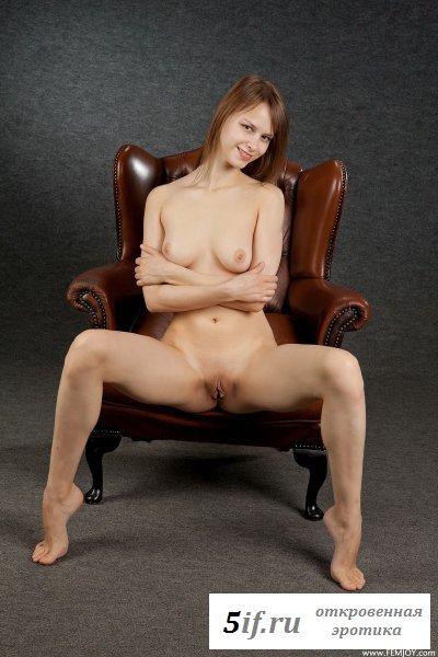 Худышка в дорогом кожаном кресле (10 фото)