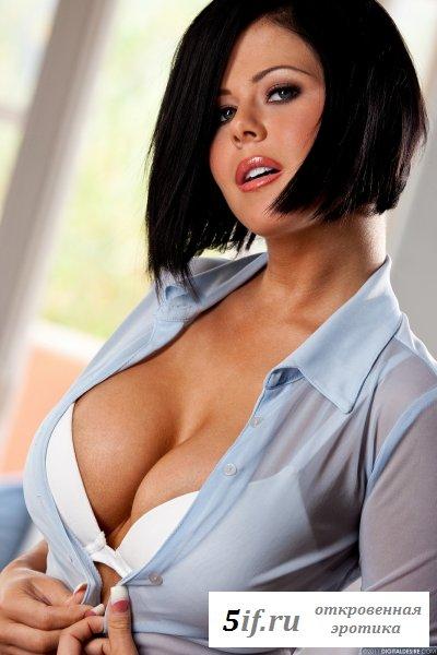 Брюнетка прячет под блузкой большие сиси (10 фото)