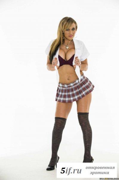 Горячая самочка в униформе студентки (10 фото)