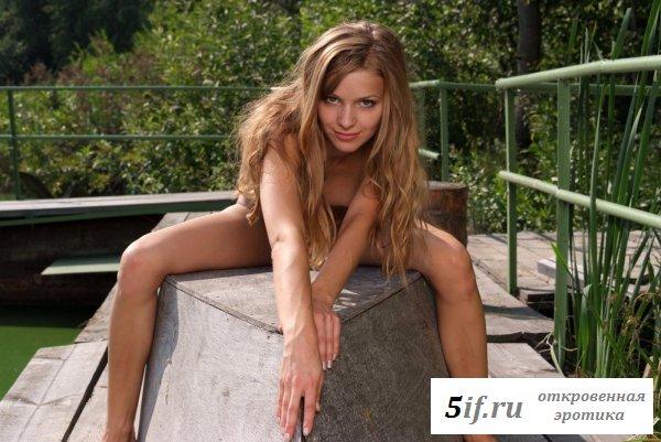 Обнаженная девушка на заброшенном речном причале (10 фото)