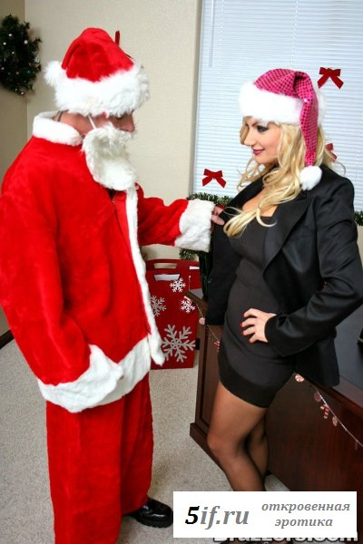 Снегурочка послушно становится на колени перед Санта Клаусом (8 фото)