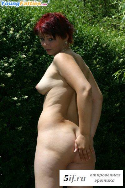 Девушка с крашенными волосами и целлюлитной задницей (10 фото)