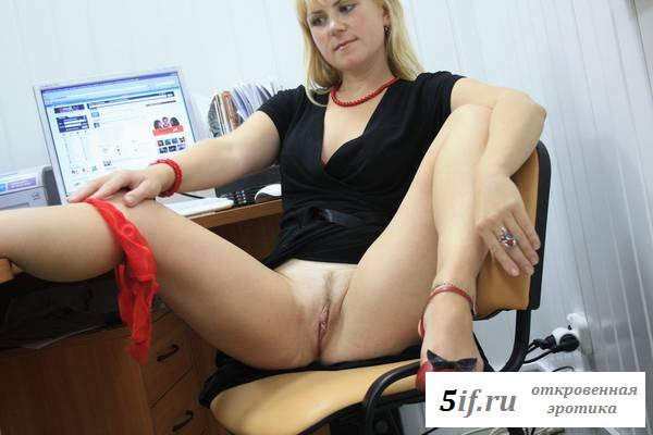Потаскушка с голенькой писей в кресле начальника