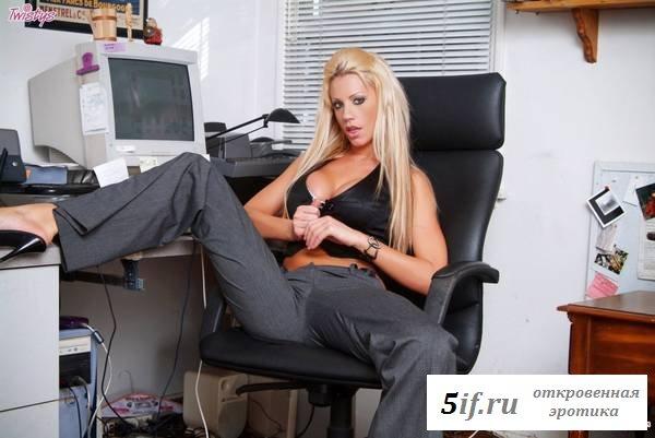 Сисястая звезда-блондинка раздета за столом
