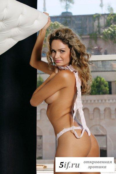 Волосатая сучка в белом эротичном белье на подоконнике