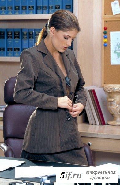 Страстная секретарша радует коллег стриптизом