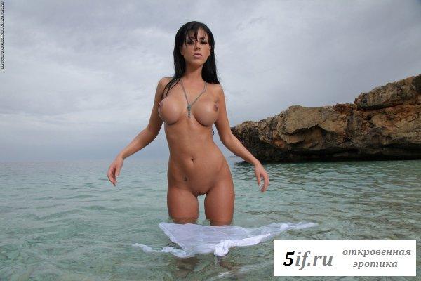 Море, шикарные дойки и красоточка голая