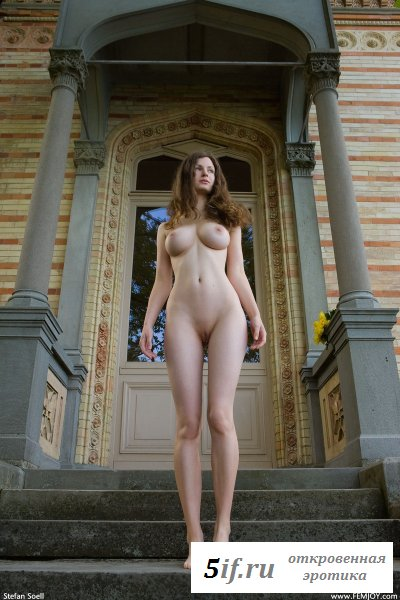 Высокая голенькая богатая дама у дома