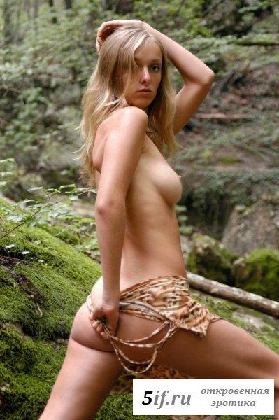 Нимфа в обнаженке улеглась на склоне