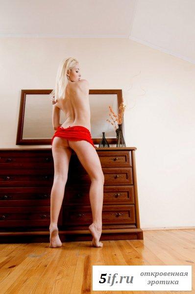 Блондиночка с аппетитной попкой одела красное платье