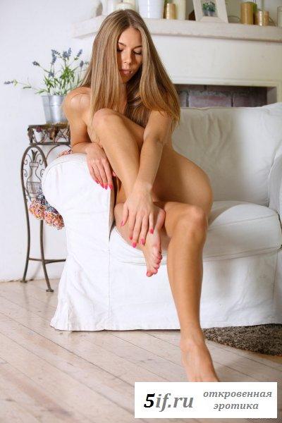 Красивая с милой мордашкой голая студентка