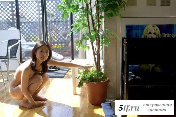 Кореянка голая ходит по особняку