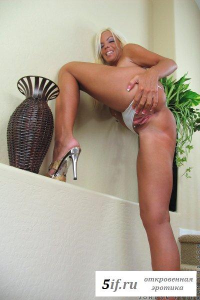 Блонда обнаженная с пирсингом на киске