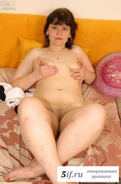Обнаженная пышненькая мастурбирует на кровати