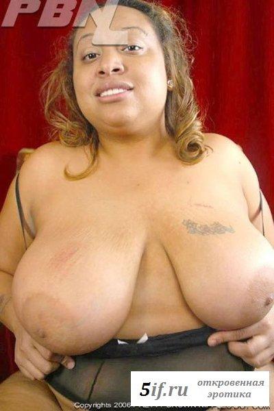 Толстожопая голая негритянка светит гениталиями