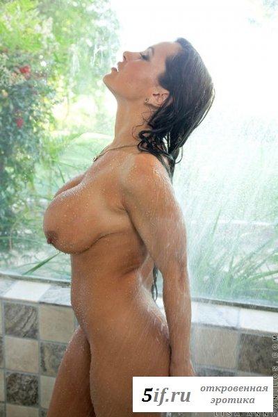 Голая Lisa Ann сексуально моется в душе