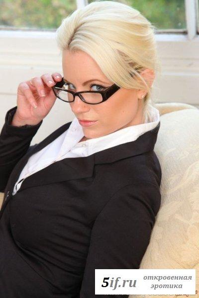 Раздетая офисная работница снимает деловой костюм