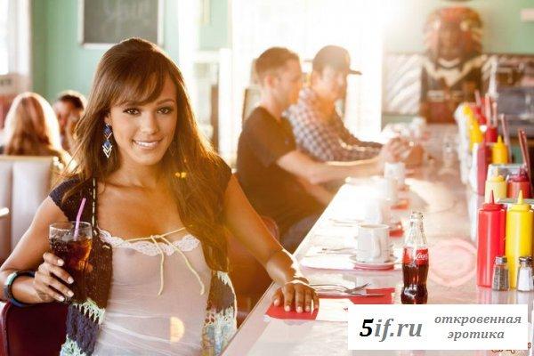 Худенькая обнаженная показал сиськи в кафе (12 фотографий)