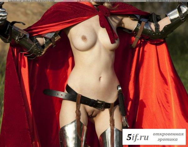 Голая малолетка в рыцарских доспехах (9 фотографий)