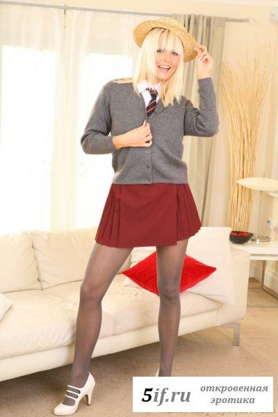 Блондиночка в униформе и галстуком между сисек