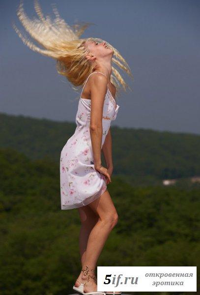 Сногшибательная  блондинка на природе